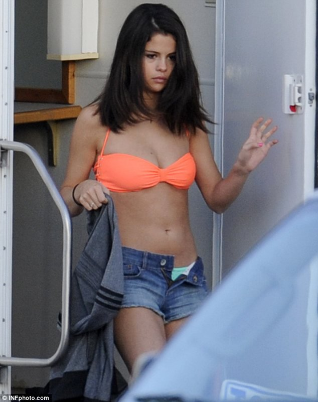selena-gomez-displays-her-toned-stomach-in-another-barely-there-outfit-on-set-of-spring-breakers_nl-eo_0.jpg